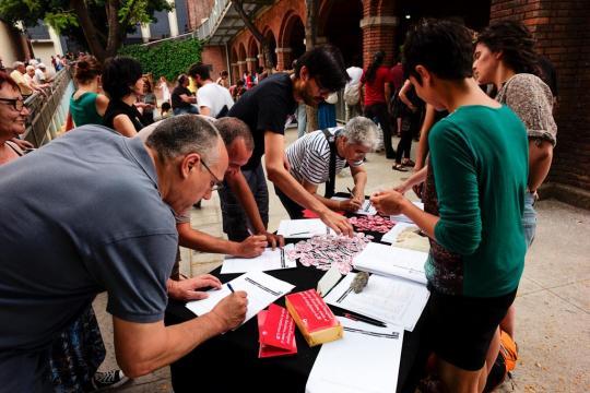 people_signing_guanyem_manifesto